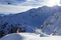 Hélicoptère survolant saut à ski